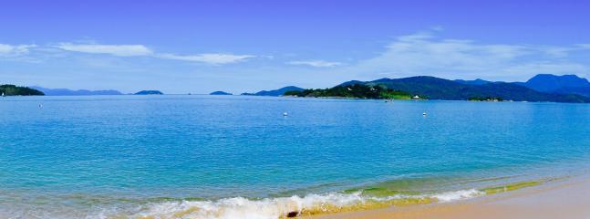 Beach at Ilha Araújo 2 km and a 5 minutes boat trip away from Casa Tambor. You can rent a canu.