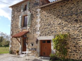 Fabulous 5 bed/3 Bath Farmhouse + private pool, Chasseneuil-sur-Bonnieure