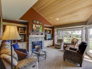 Spacious golf getaway, w course access, private hot tub, & shared pool!, Redmond