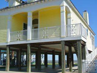 Beautiful Waterfront home close to Kemah/Galveston WITH FISHING PIER COMPLETE!