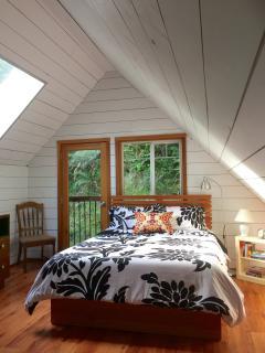 Queen bed in upstairs loft