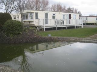 Charming 2 bedroom caravan in quiet spot by pond