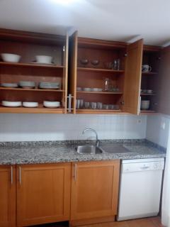 Detalle cocina con una muestra de parte del menaje de cocina, batería de cocina, electrodomésticos.