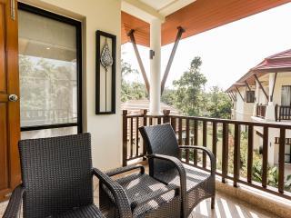 Luxurious 2BR, 3BATH, large bright Poolside Villa