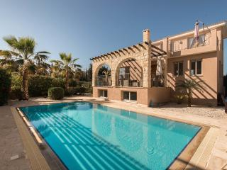 Private Sandy Beach, Private pool, Jacuzzi, Wifi, Argaka