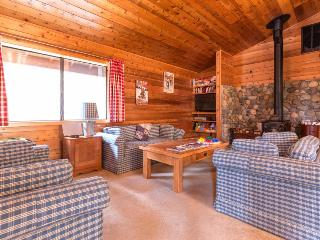 A private game area, close to slopes, on-site golf & shared pools and hot tubs!, Truckee