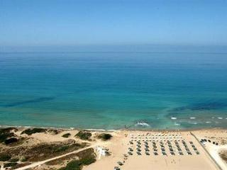 spiaggia attrezzata di lettini ed ombrelloni