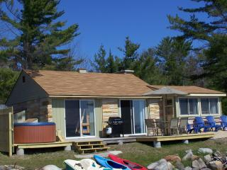 Sunrise Sunsation Lakeshore Cottage wirh HOT TUB!, Topinabee