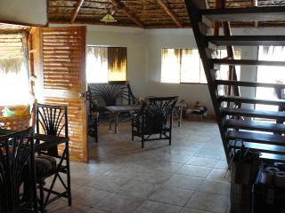 Comodidades en medio del Desierto de Sechura! La sala de la casa se une al comedor y la barra.