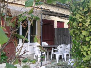 gite en rez de jardin d'une maison du 18ème siècle, Lembras
