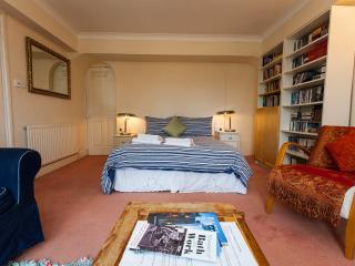 Large private rooms, en suite, in house w parking,15-20 min walk to city centre