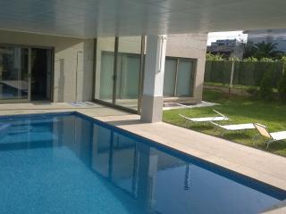 Chalet de diseño con piscina cubierta privada.