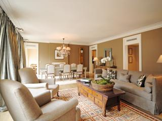 Luxury 2 bed/2.5 bath in Le Marais. Best Location!