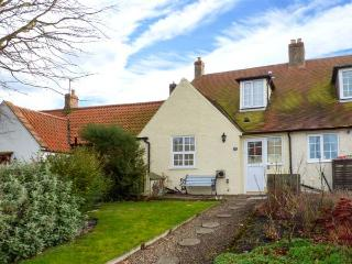 CHEVIOT COTTAGE, woodburner, enclosed lawned garden, pet-friendly, in Lowick, Ref 906186