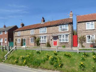 TRANQUILLITY BASE, pet friendly, character holiday cottage, with a garden in She