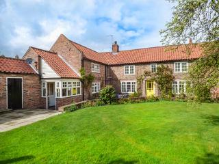 HUMPTY DUMPTY COTTAGE, detached, open fire, enclosed garden, in Cawood, York