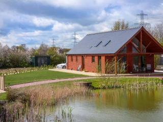 THE GREEN MONKEY, single-storey detached lodge with WiFi, hot tub, en-suite, Thorpe On The Hill