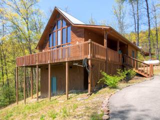'Misty Blue' Rustic 2BR + Loft Sevierville Cabin w/ Wifi, Wraparound Porch, Hot