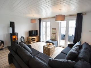 Pet friendly lakeside lodge with log burning stove, South Cerney