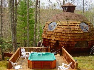 Geodesic Dome On 40 Acres With Bubbling Hot Tub, Mountain Views, & WiFi, Grassy Creek