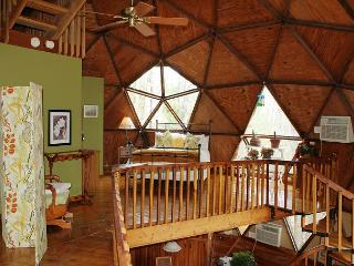 GEODESIC DOME ON 40 ACRES W/BUBBLING HOT TUB, FIRE PIT, HIKING TRAILS & WIFI!