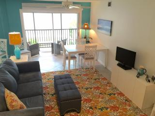 Siesta Key NEW 2 Bedroom/2Ba, Walk to Beach, POOL