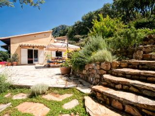 Amazing villa with outdoor jacuzzi and beach club, Cala Piccola