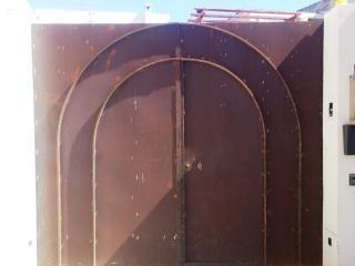 Il portone d'ingresso, da verniciare.