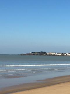 au loin Croix de Vie, à partir de là, la plage s'étend sur 4 km dont une partie avec restaurants ...