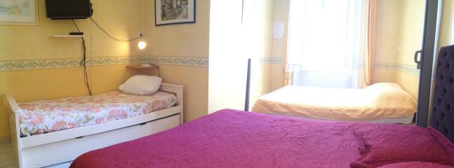 Chambre avec 2 lits doubles et 1 lit simple