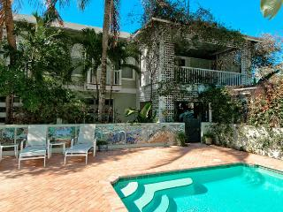 Villa Palma: Gorgeous Family-Friendly Pool Home in The Heart Of Anna Maria!