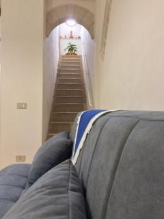 interno della casa con scala di pietra