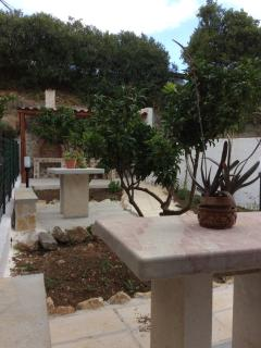 Tavoli e sedili in pietra e vista barbecue