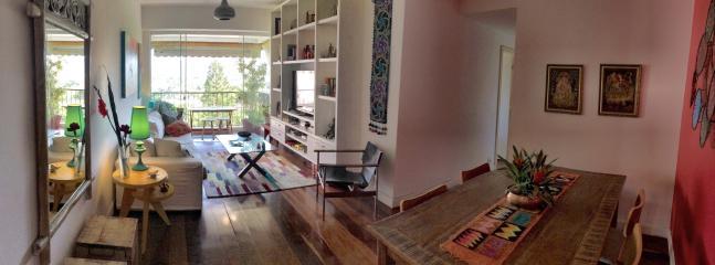 Sala de estar com TV com sala de jantar e varanda