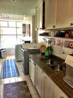 cozinha com armários , saleta e lavanderia
