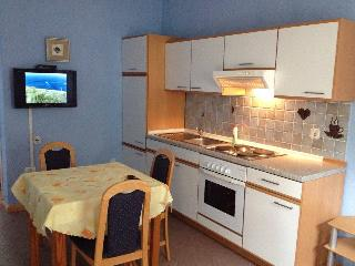 Quiet apartment, 150m to the beach, Jadranovo