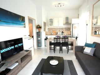 NEW Apartment with PARKING 2min to the BEACH!!!, Niza