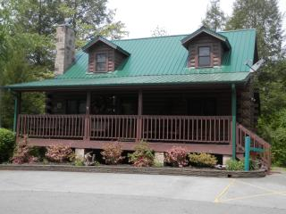 2 Bedroom Cabin in a Great Location with Flat Parking! Cozy and Well-reviewed!, Gatlinburg