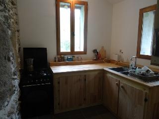 Cuisine grange 1 (gazinière, réfrigérateur, machine café, grille pain, vaisselle, appareil raclette