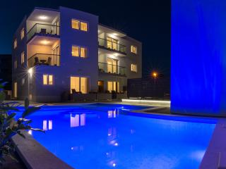 NEW!!! Town Center, heated pool & sauna-3 !!!