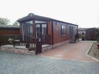 Luxury Chalet with Patio Garden & Private Parking, Forfar