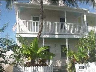 Beautiful, End-Unit 2BR King/twins, Private with Lg deck. Truman Annx. Pool
