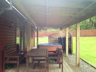 Montrose 5 Star with huge PRIVATE hot tub & sauna, Drymen