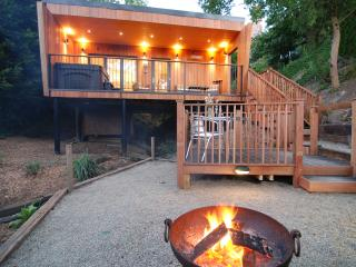 OAKS LODGE: luxury romantic woodland lodge, private hot tub, fire, waterfall