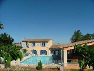 Villa Luberon House Rental with a Hot Tub and Fireplace, in Robion