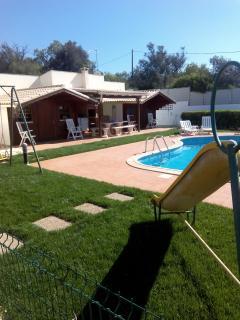 A nossa vista para as duas casas, juntamente com um pouco do parque infantil e da piscina.