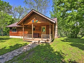 New Listing! 'River Bend Cabin' Sensational 2BR Mountain View Cabin w/Private Porch, Hot Tub & Amazing White River Views - Close to Outdoor Activities & Historic Shops in Town Square!