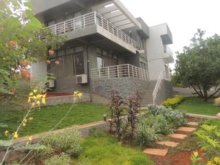 Modern 5BR Villa Near Mumbai, by the countryside, Karjat
