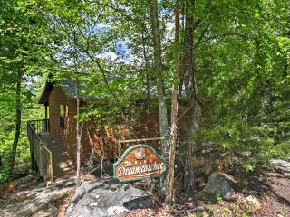 'Dreamcatcher Cabin' Incredible 2BR Mountain View Cabin w/Private Deck, Wood-Burning Fireplace & Stunning Bluff/River Views - Close to Phenomenal Fishing & Quaint Shops!