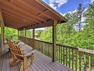 2BR Mountain View Cabin w/Deck & Bluff Views